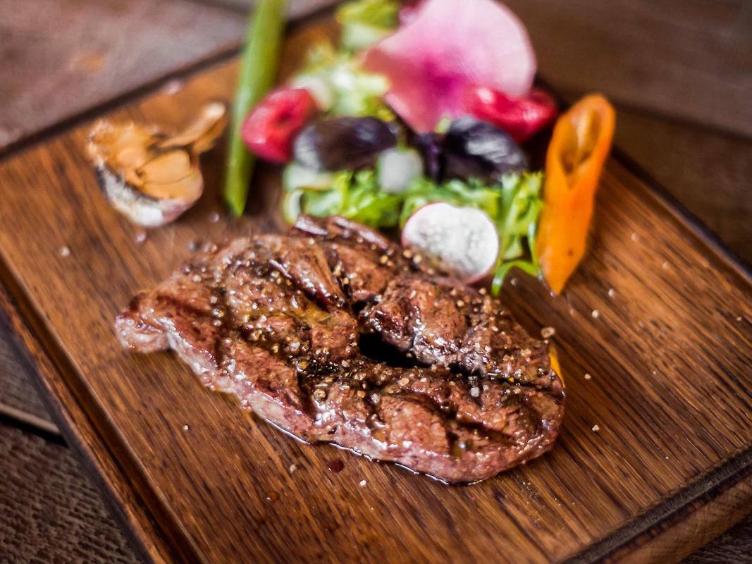 Флэт айрон стейк из мяса бычков зернового откорма