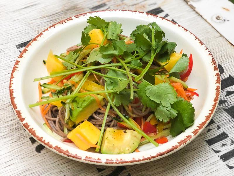 Салат с гречневой лапшой, манго и авокадо