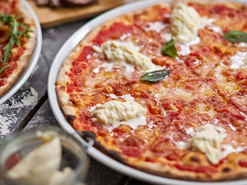 Пицца со страчателлой и бальзамиком