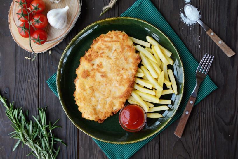 Куриный шницель с картофелем фри и кетчупом