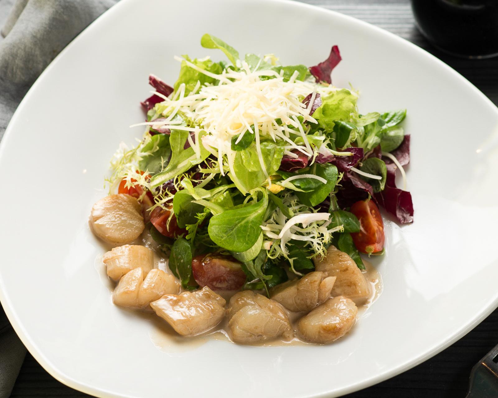 Теплый салат из морских гребешков