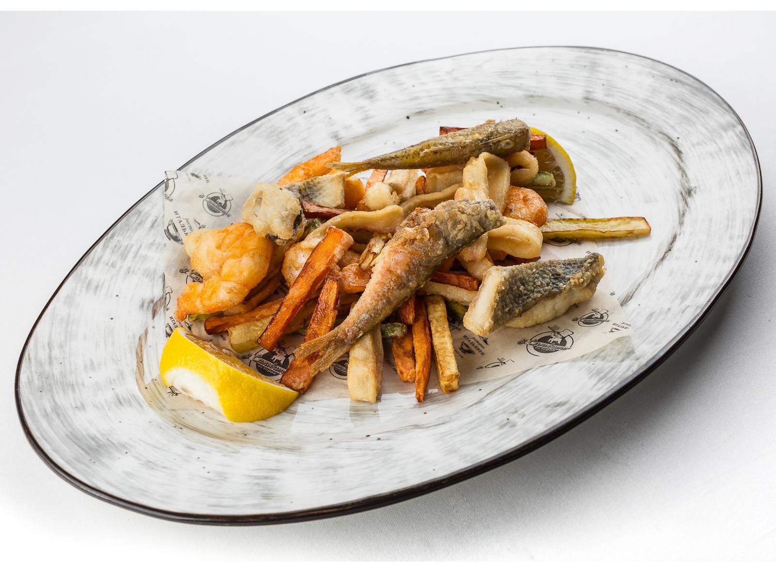 Фритто мисто из барабульки, сибаса, креветок и кальмара