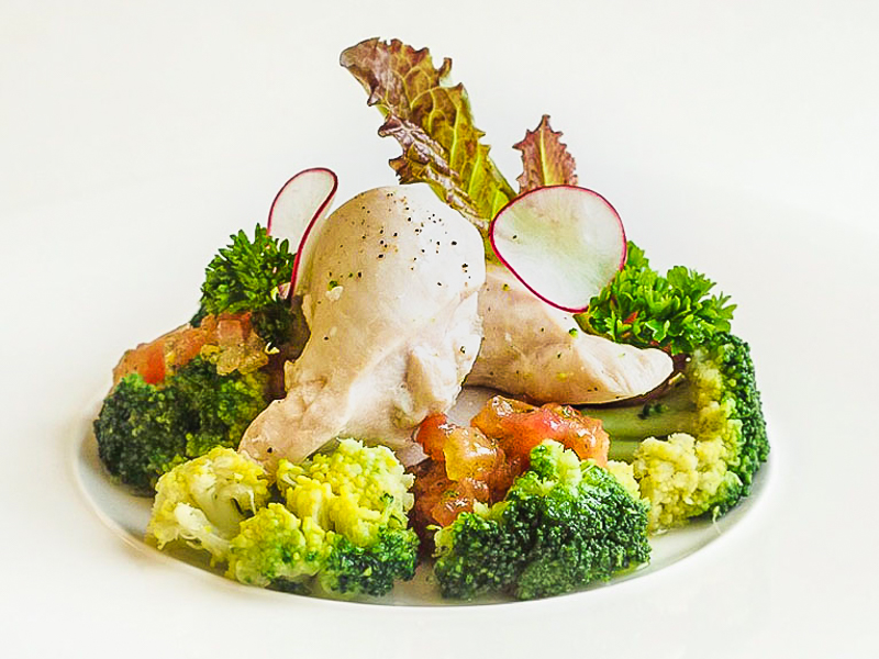 Куриное филе су-вид на пару с брокколи