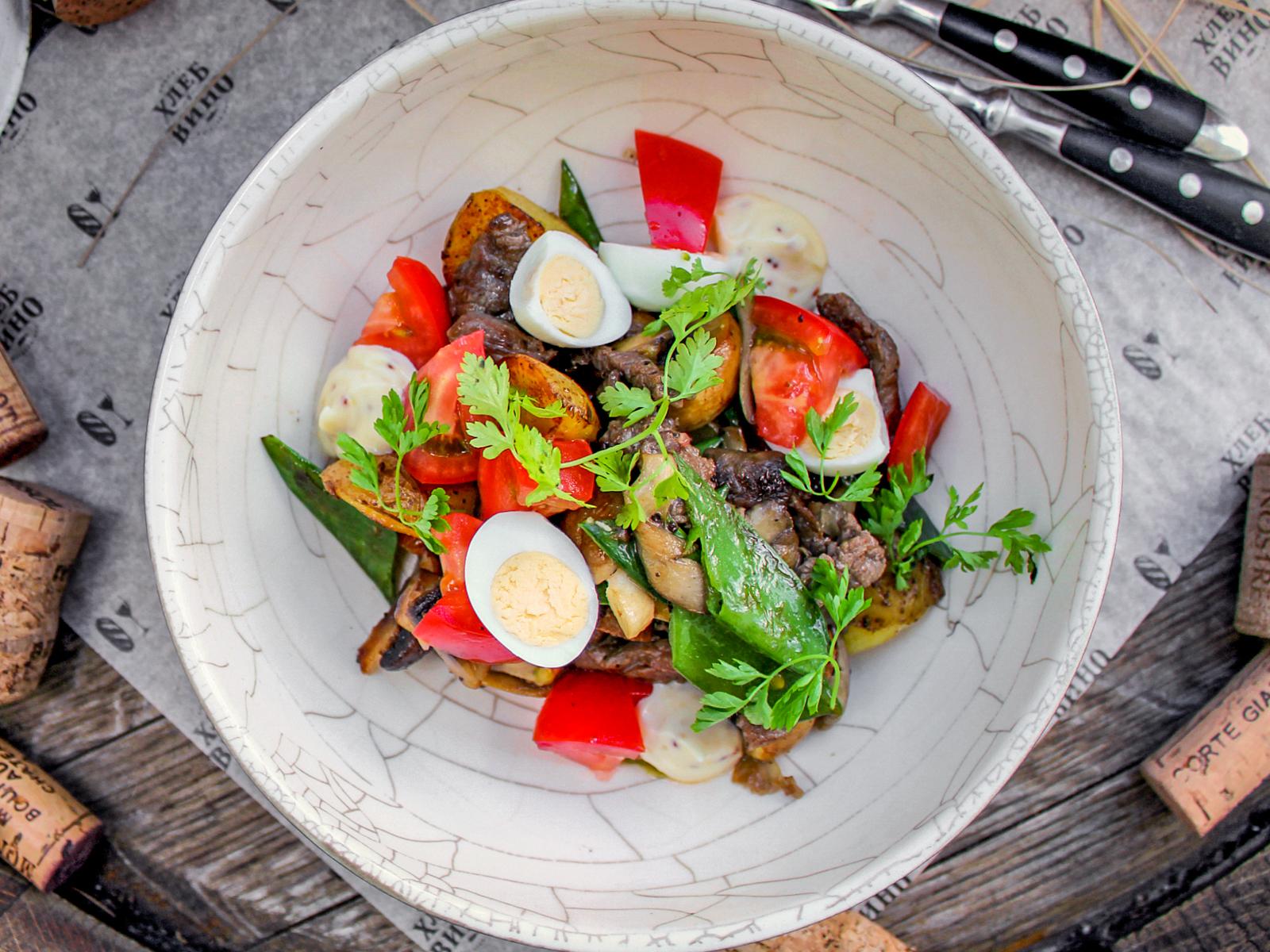 Салат с говядиной, грибами и печеным перцем