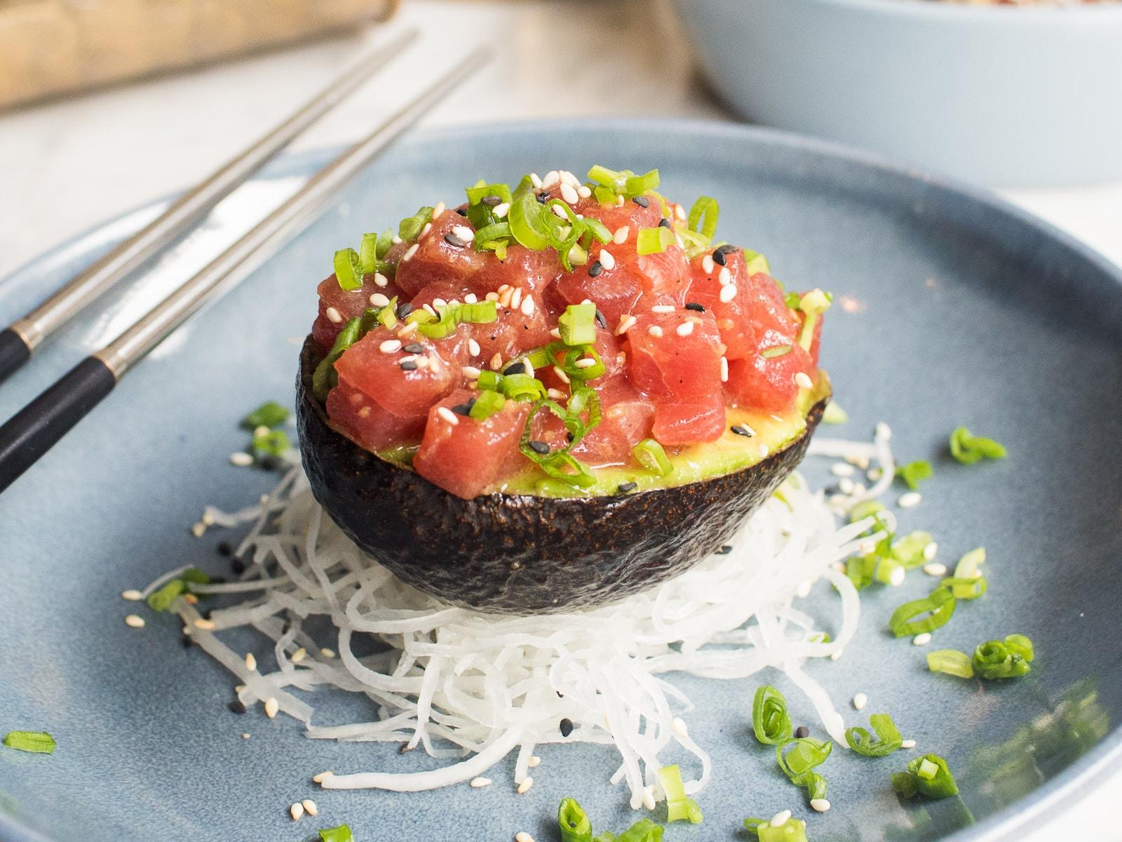 Тартар из тунца на авокадо