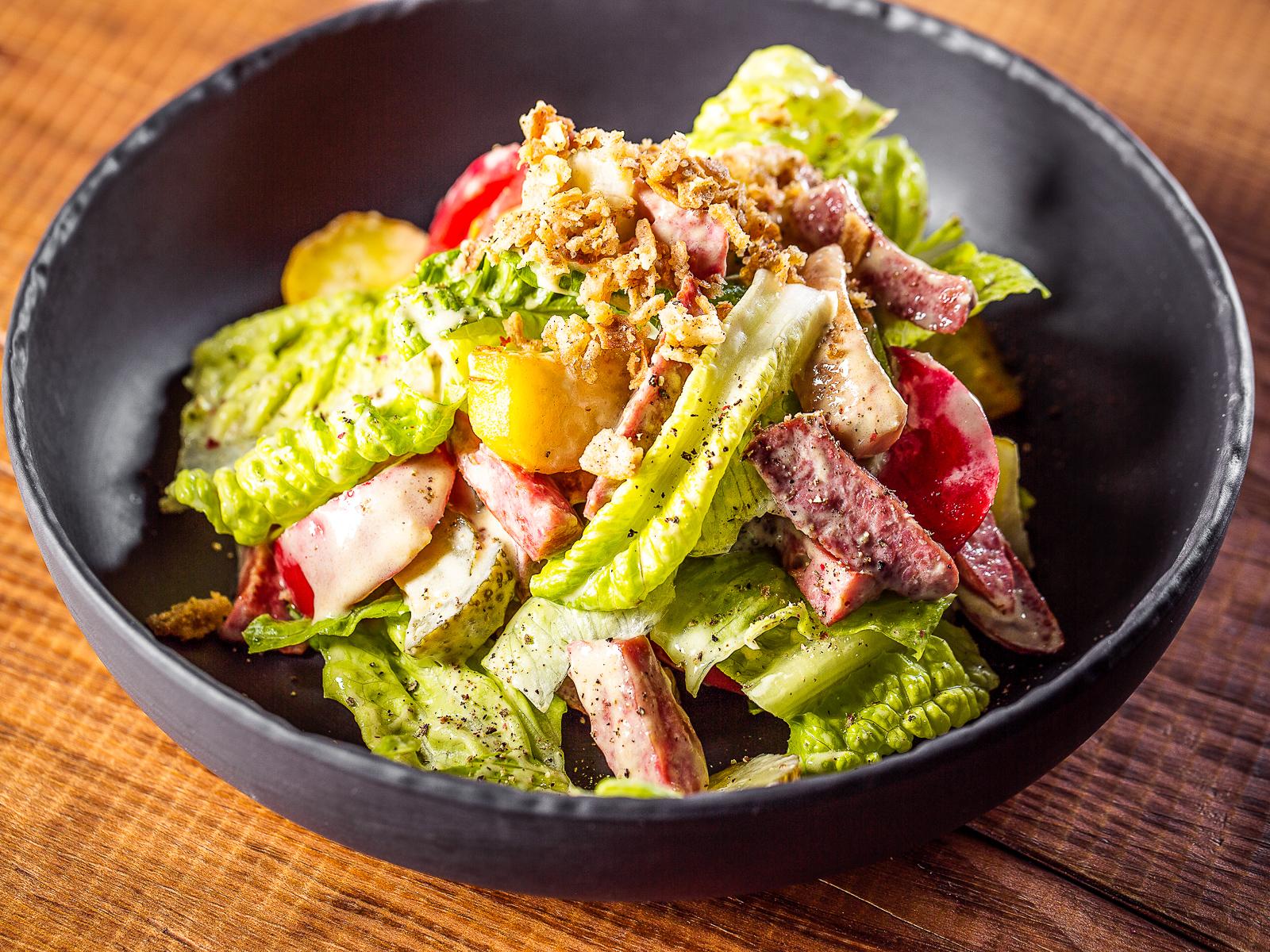 Салат с копчеными колбасками в горчичном соусе