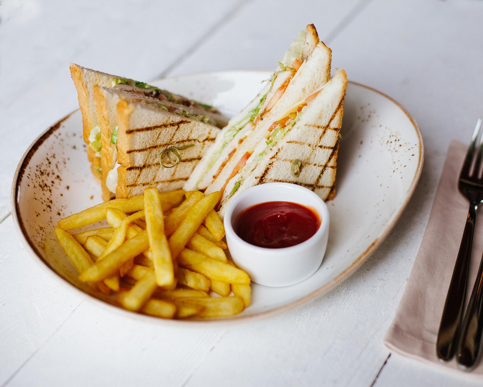 Сэндвич с курицей и картофелем фри