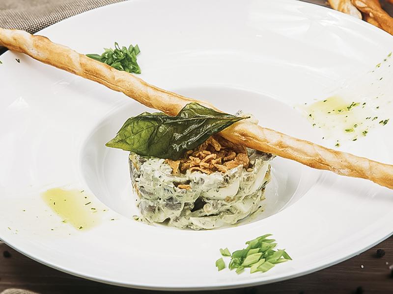 Салат с телячьим языком, шампиньонами и зеленым соусом