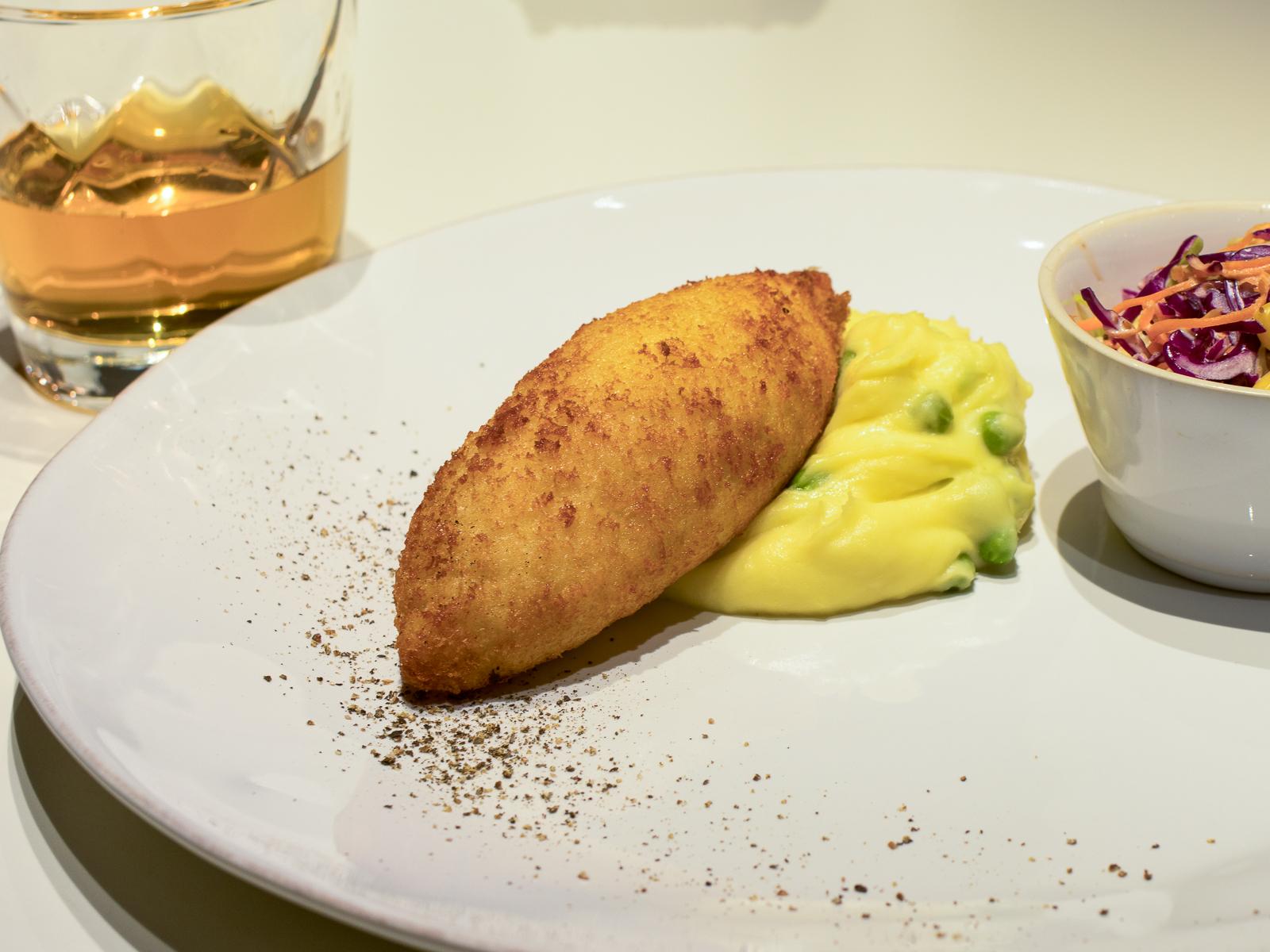 Котлета по-киевски с картофельным пюре и салатом из красной капусты