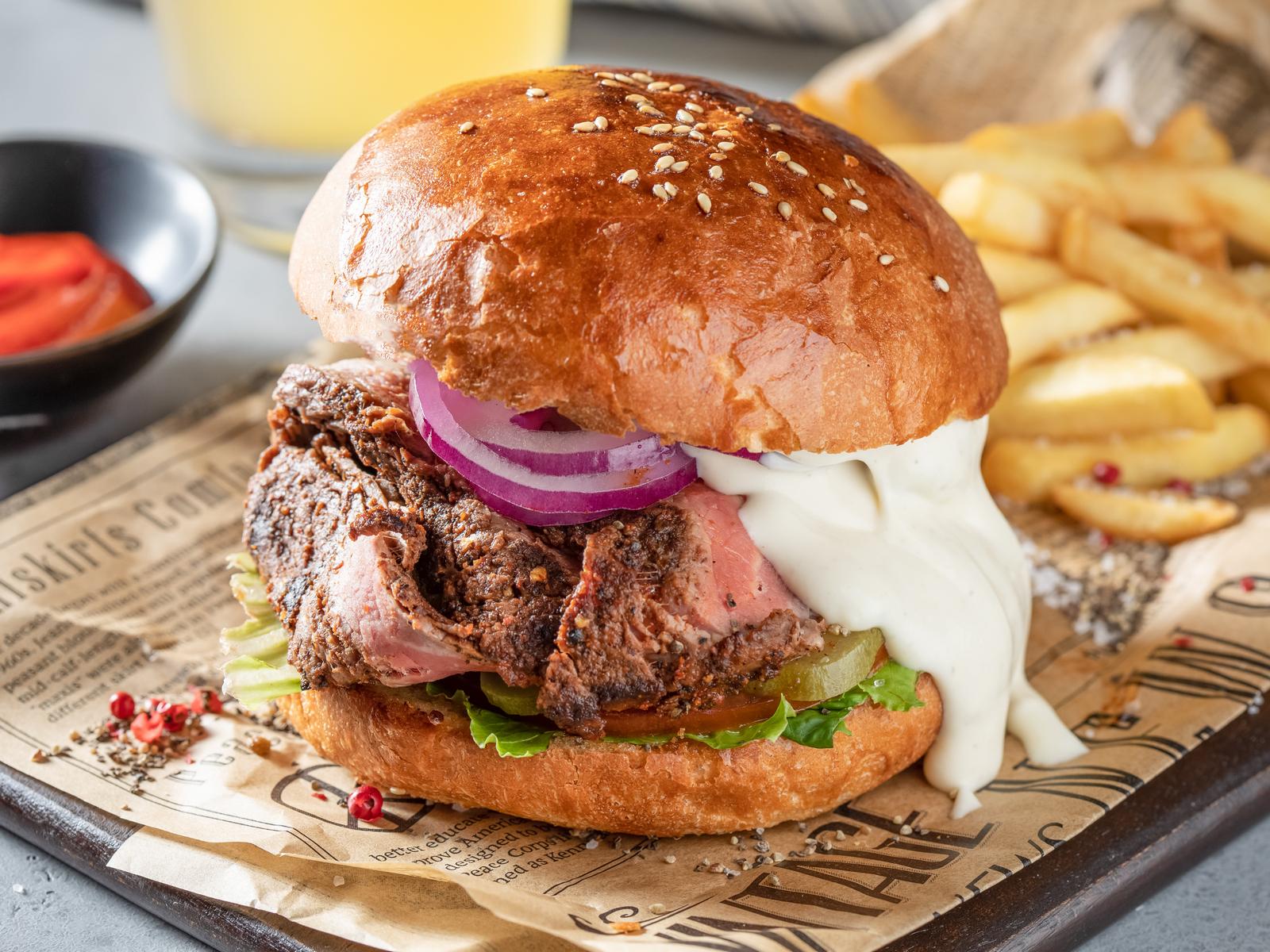 Биф Бургер с говядиной на вертеле и сырным муссом