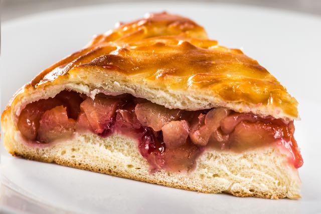 Пирог с яблоками и брусникой