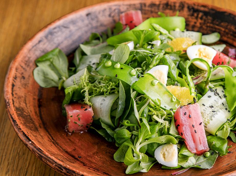 Воздушный микс салатов с тунцом