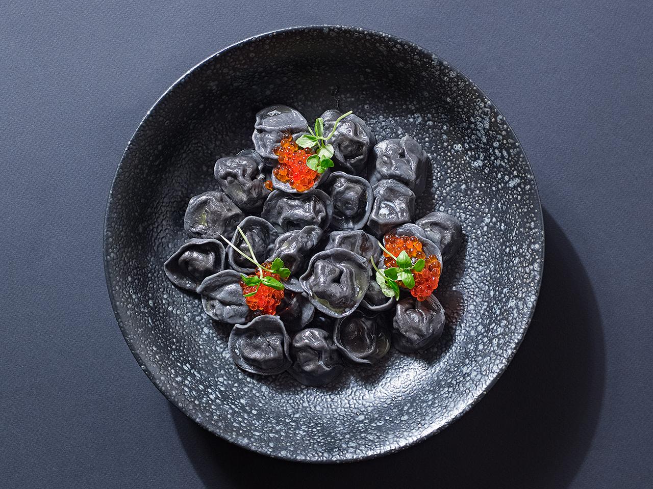 Чёрные пельмени с копчёным лососем