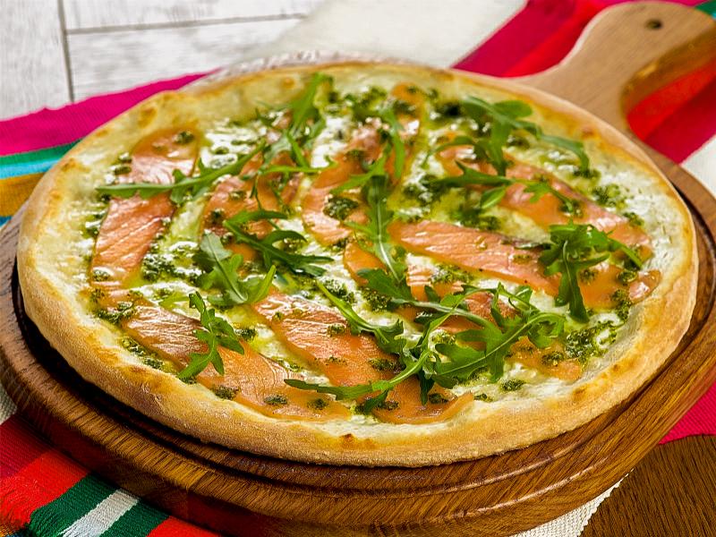 Пицца со слабосоленым лососем