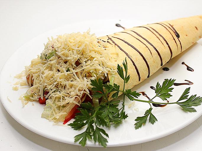 Теплый салат с беконом и креветками