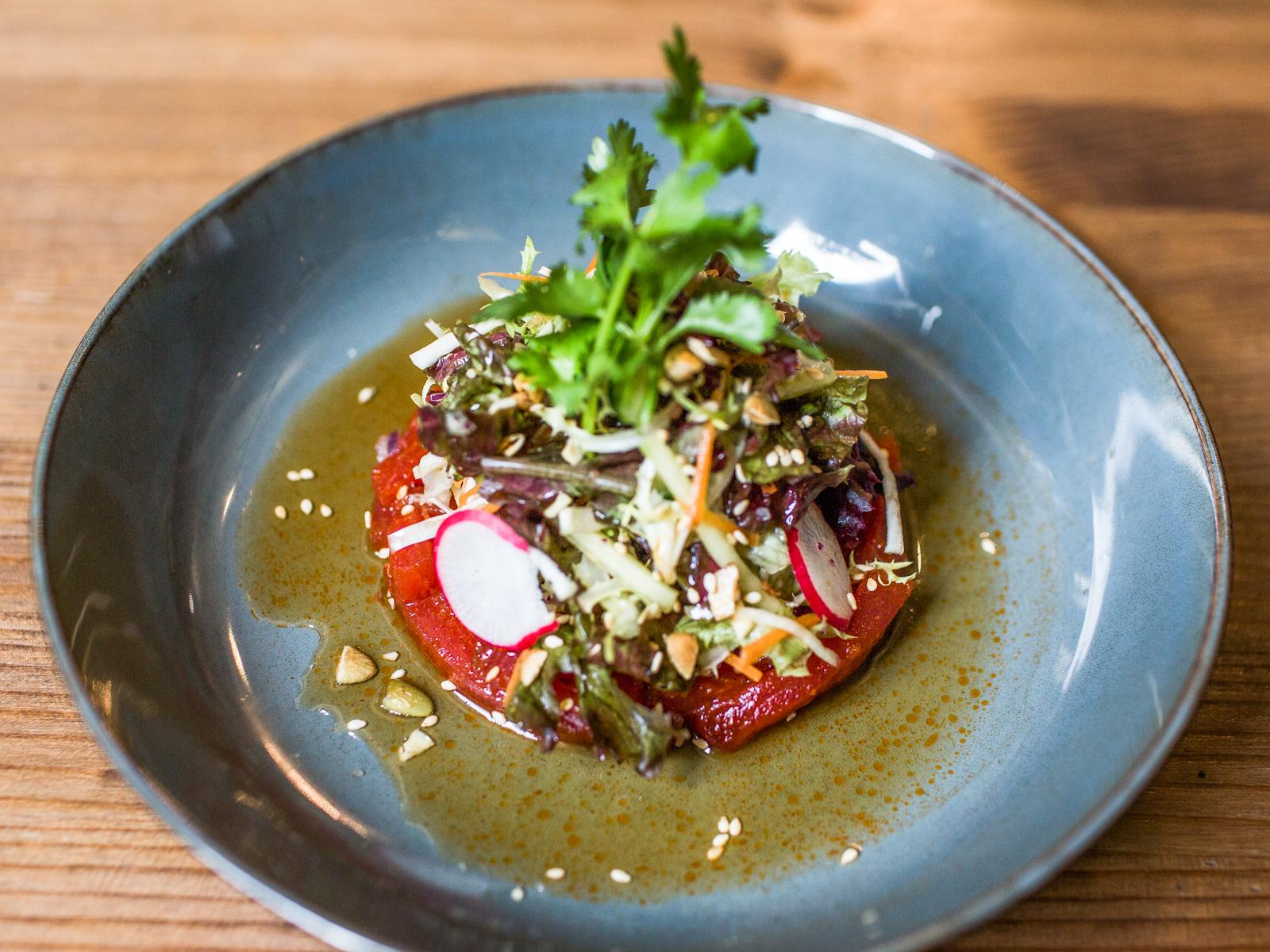 Свежий тунец с микс салатом