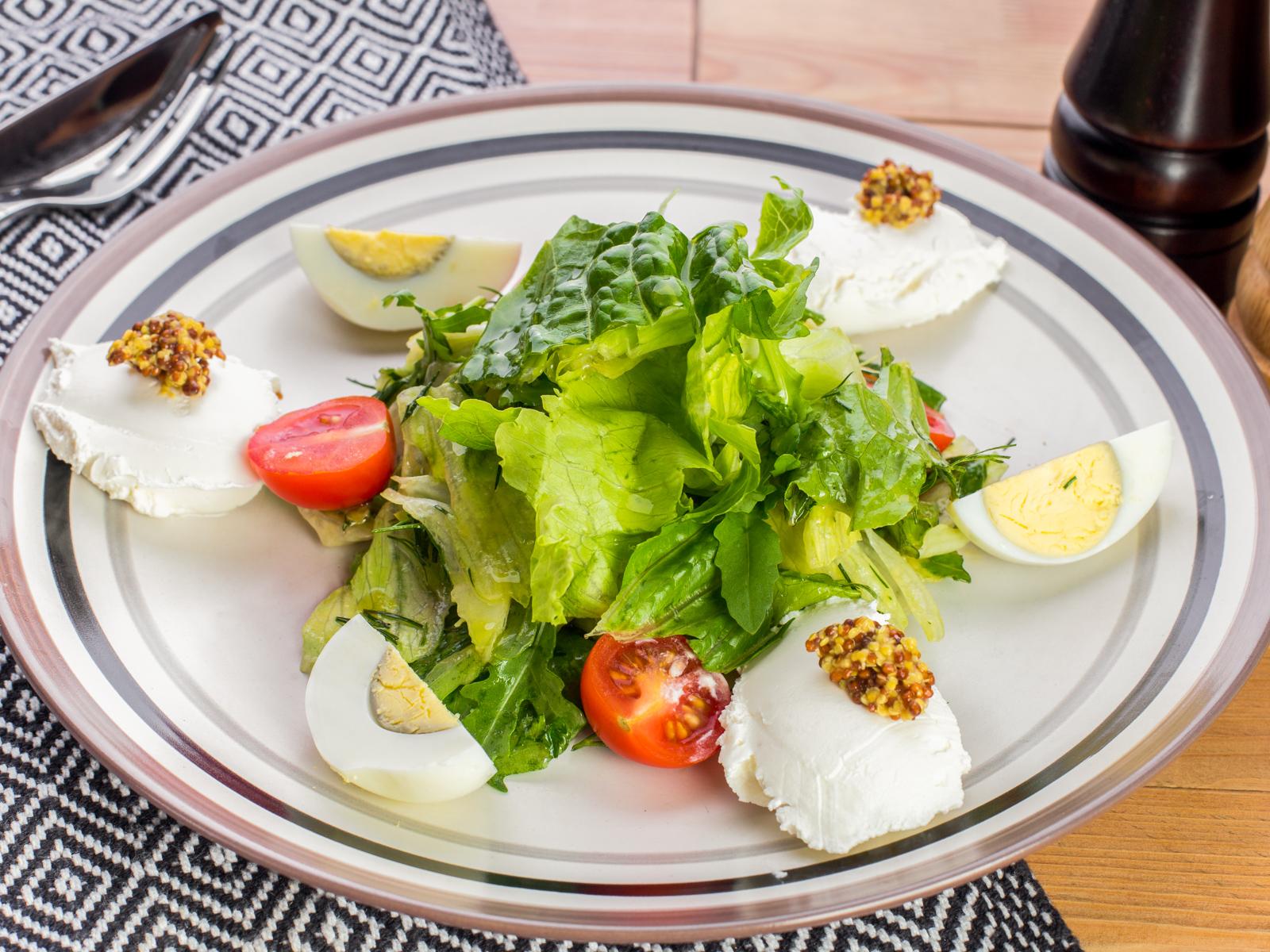 Салат с сыром креметто и грушей