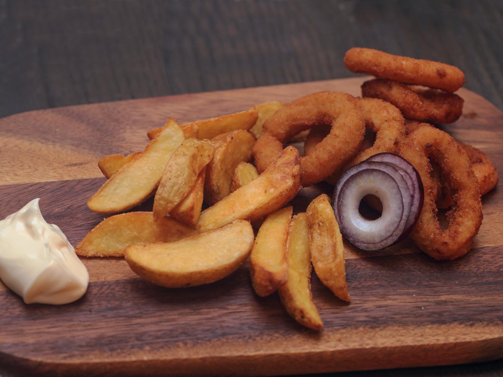 Луковые кольца и картофель фри