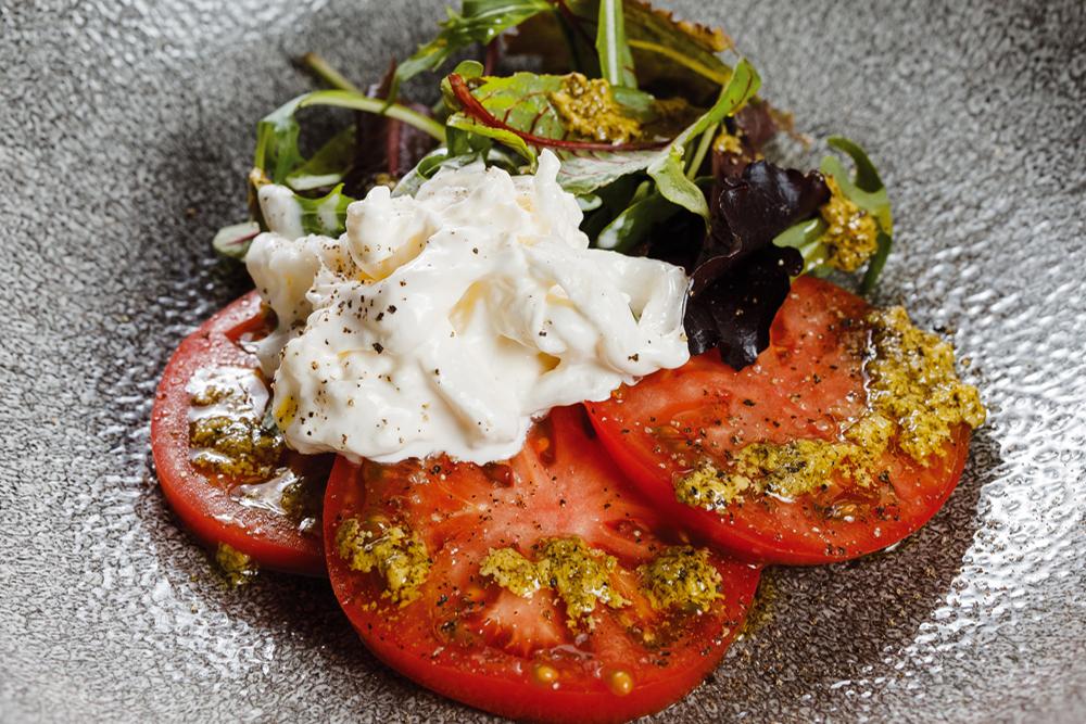Салат с помидором и сыром страчателла