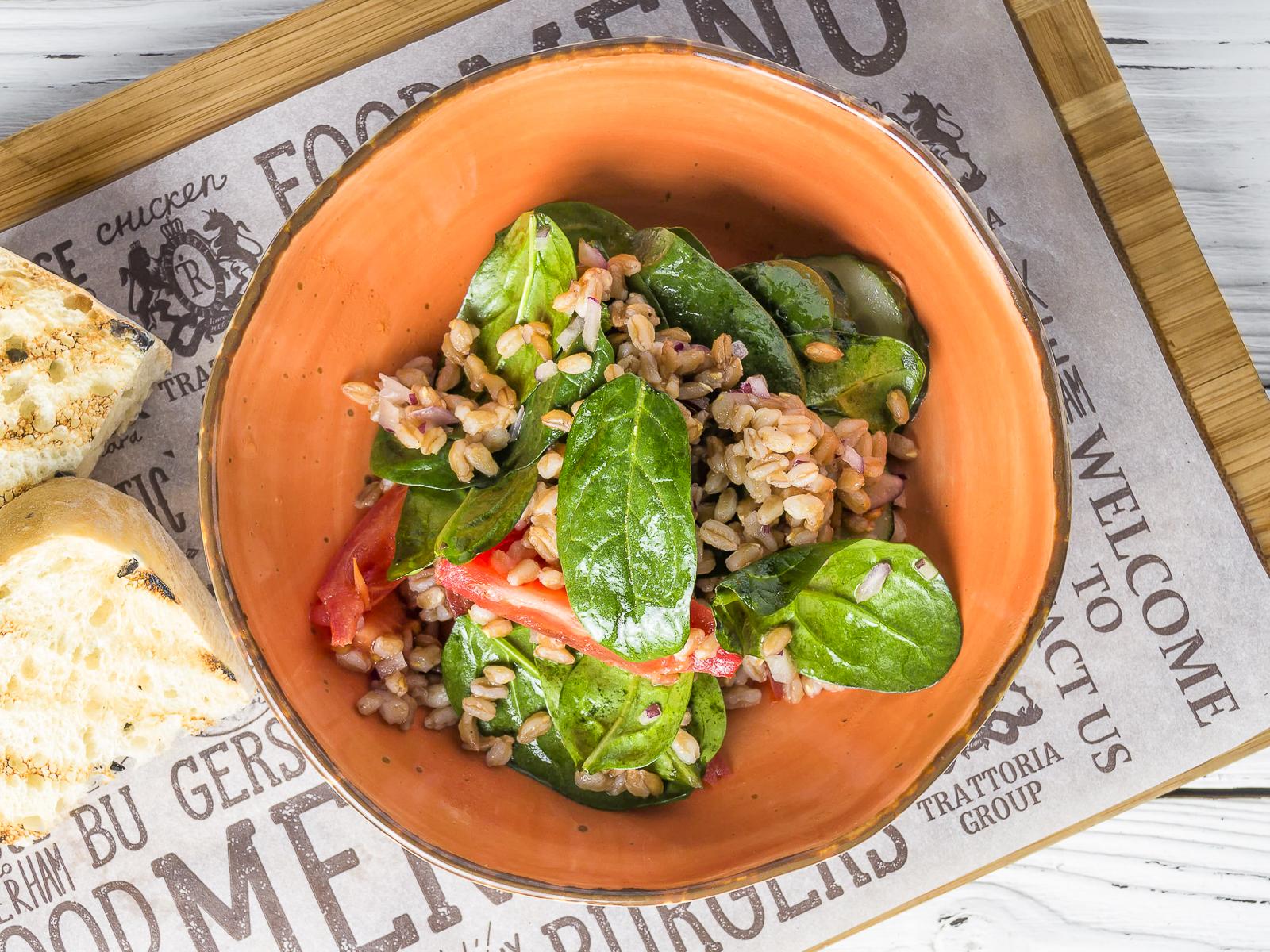 Салат с полбой и свежими овощами