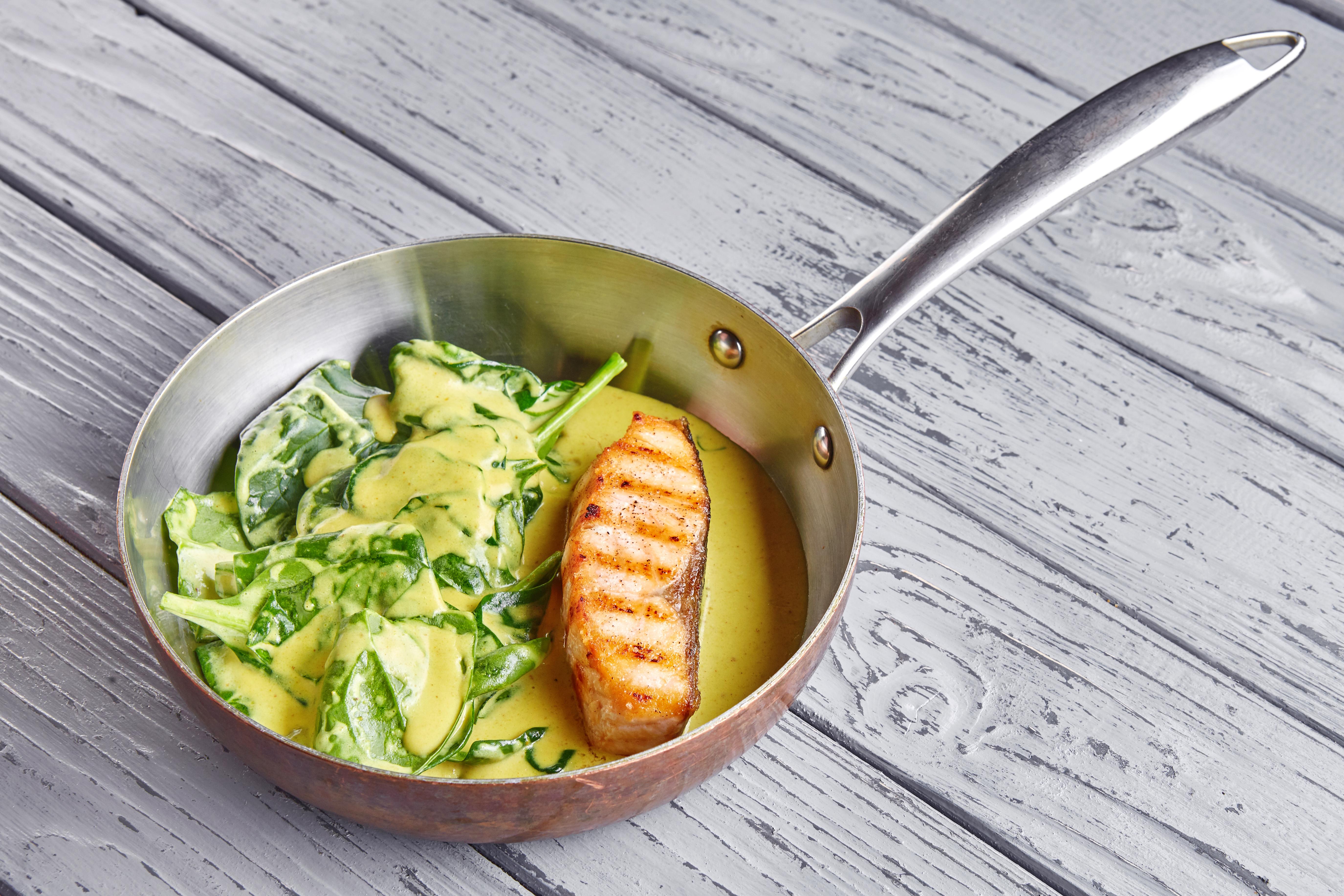 Стейк из лосося со шпинатом и сливочным соусом