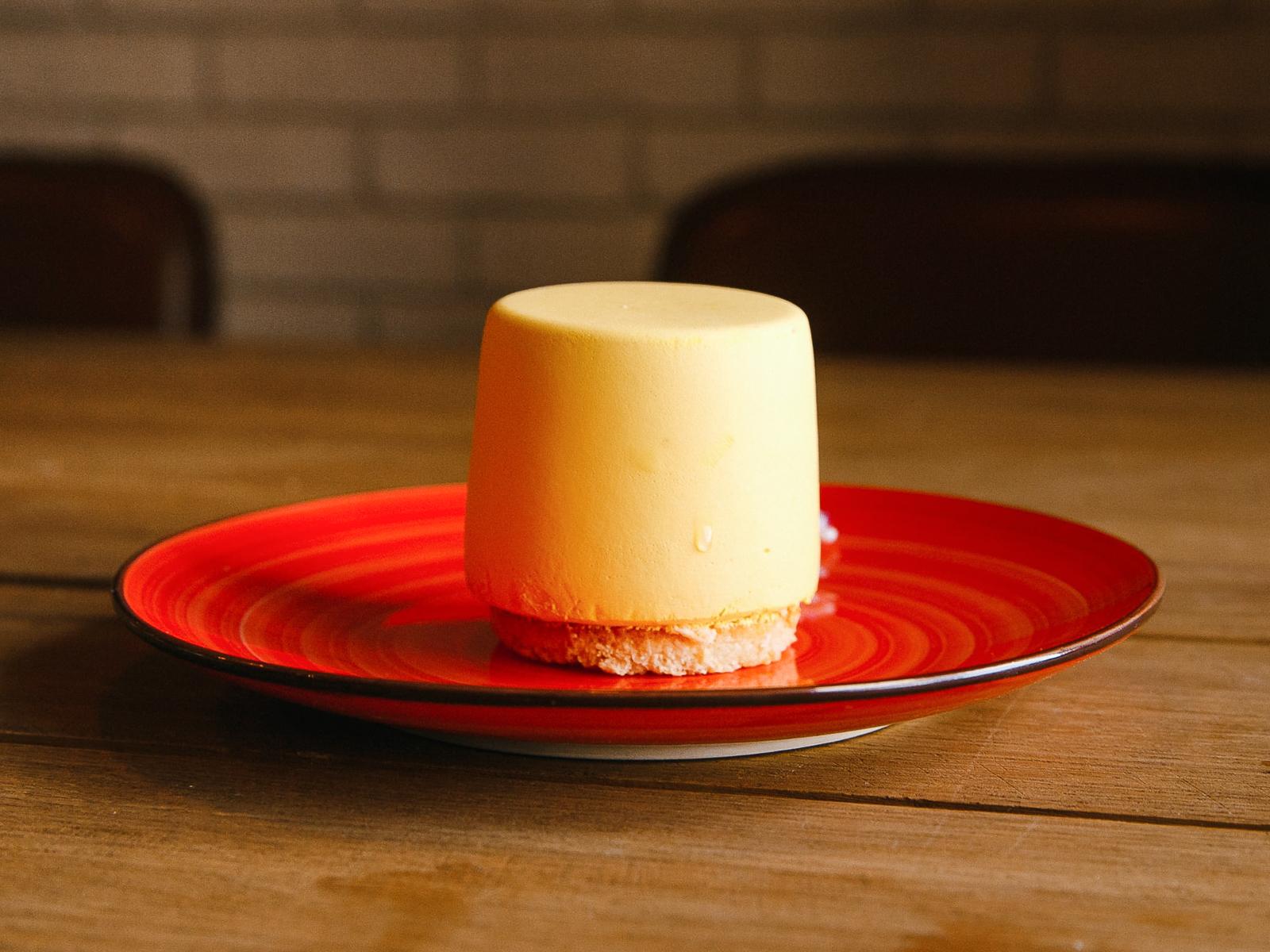 Пирожное с муссом манго-маракуйя