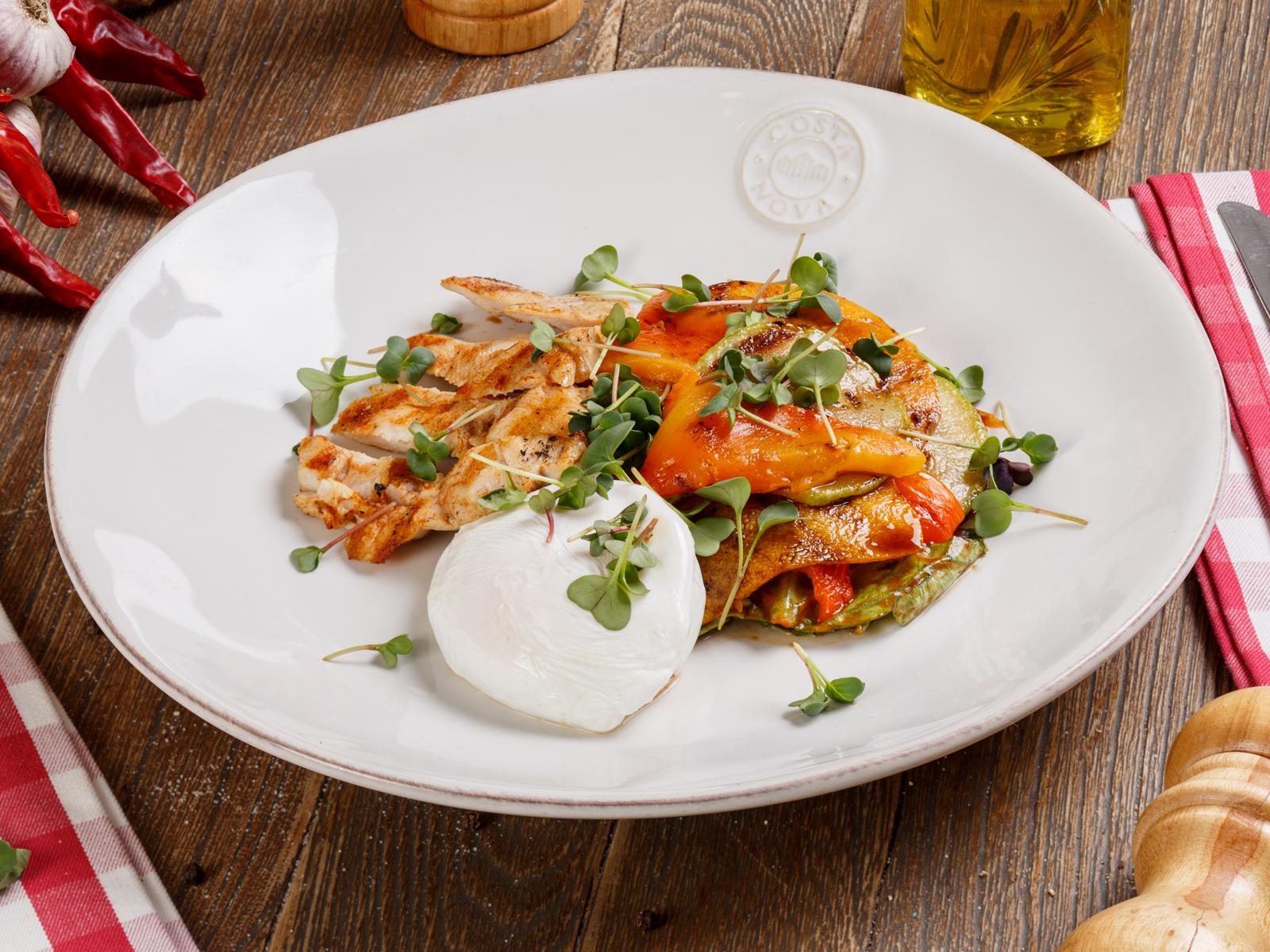 Салат с куриной грудкой на гриле и яйцом пашот