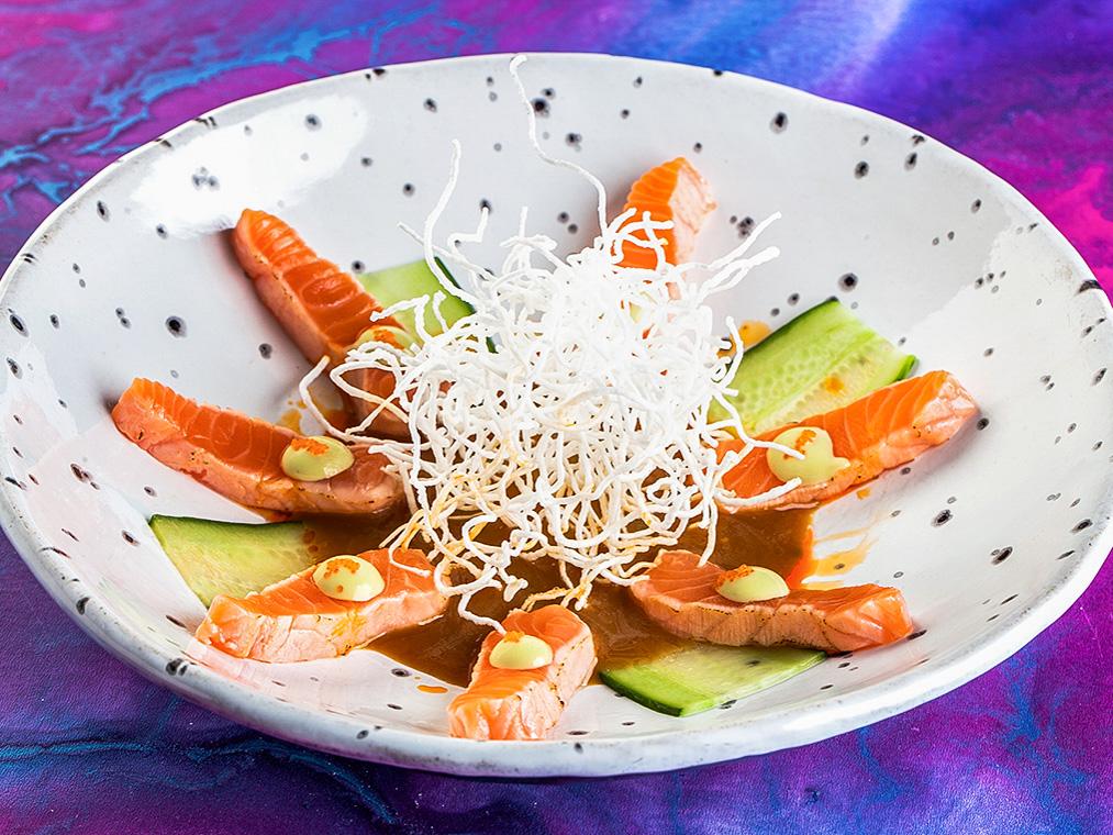 Татаки лосось с кунжутным соусом