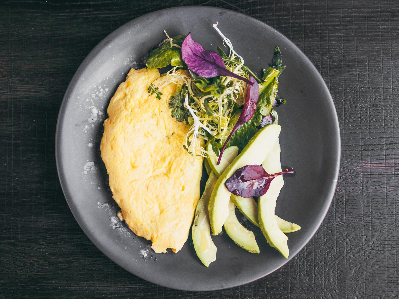 Омлет с зеленым салатом