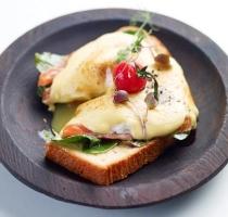Яйцо Бенедикт с копченым лососем на бриошь