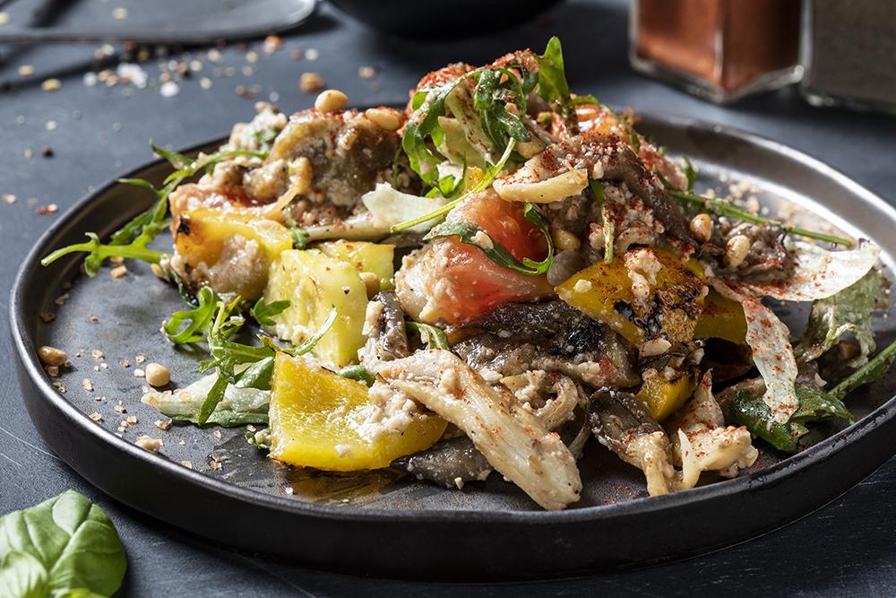 Гриль салат с овощами, вешенками и кедровыми орехами
