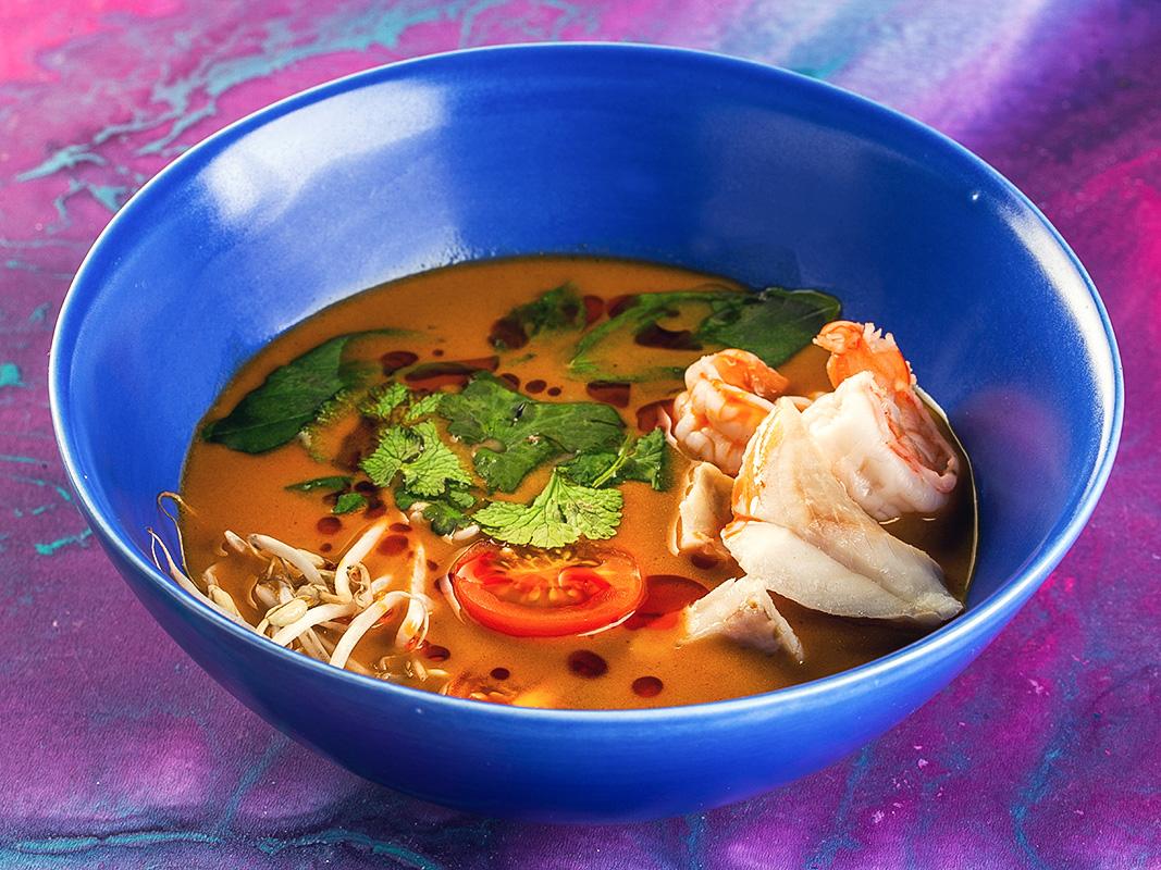 Азиатский суп с лапшой и морепродуктами