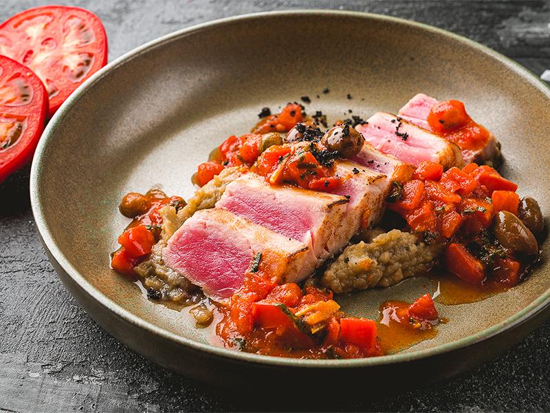 Филе тунца с пюре из баклажан