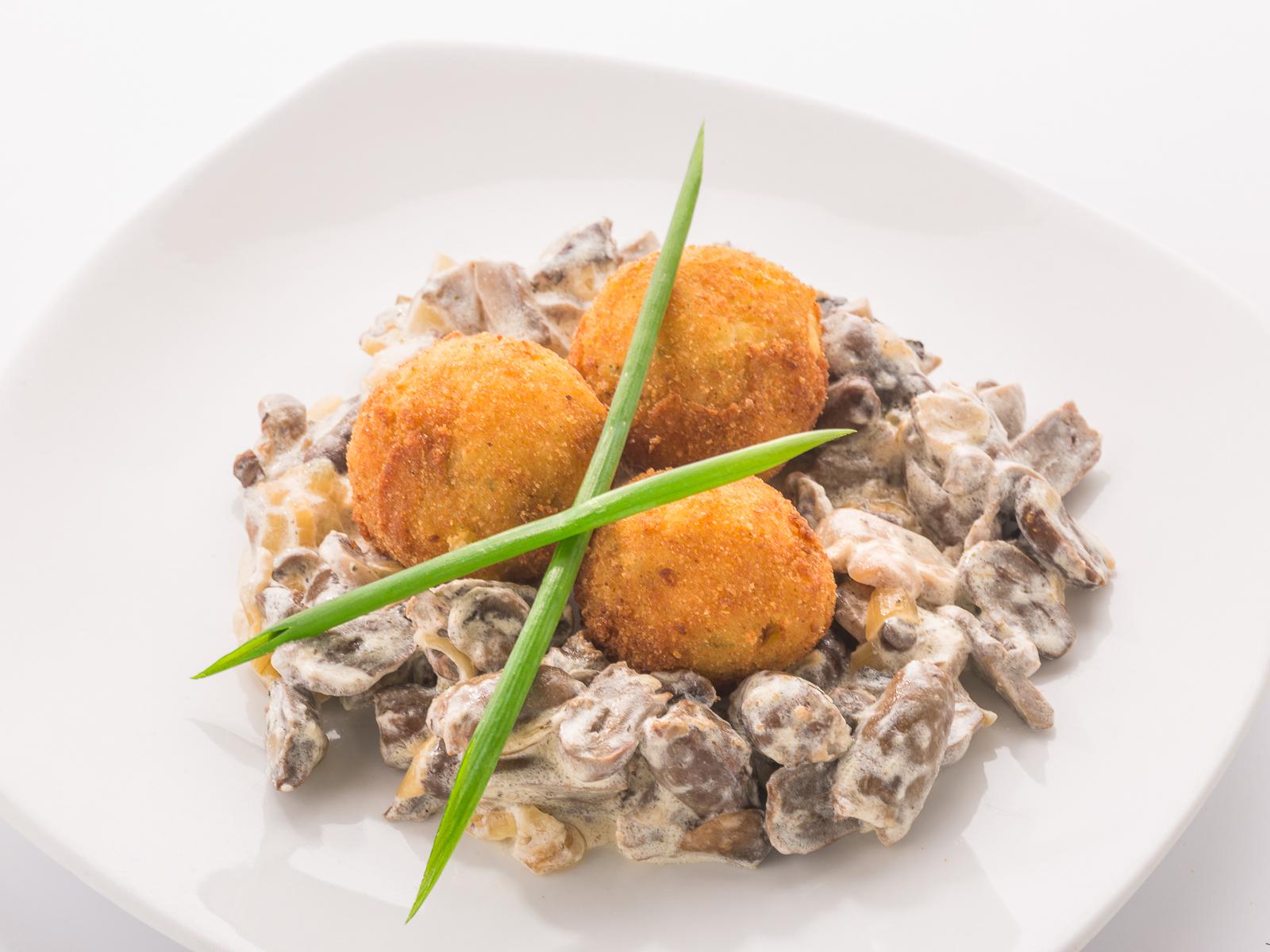 Тушеные куриные сердечки с картофельными крокетами
