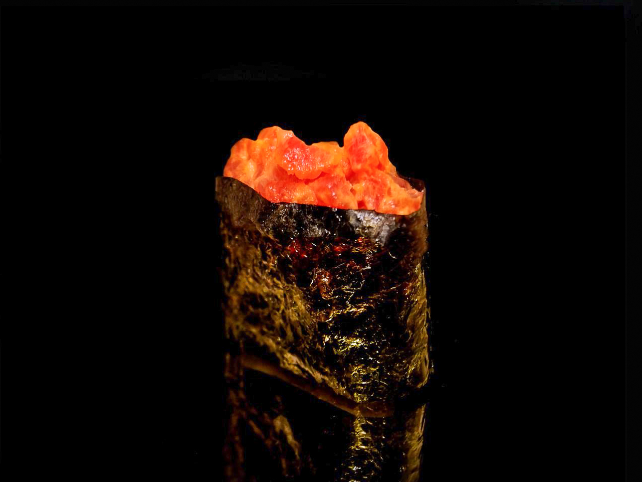 Спайс суши с копченым лососем