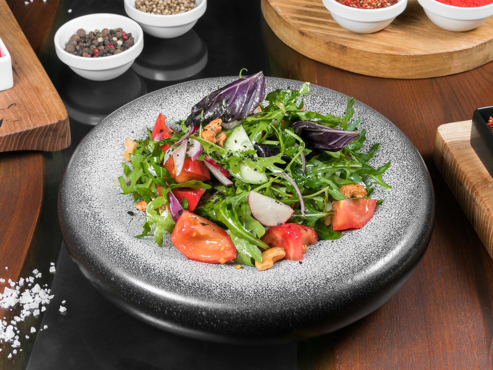 Салат овощной с брынзой и кешью.