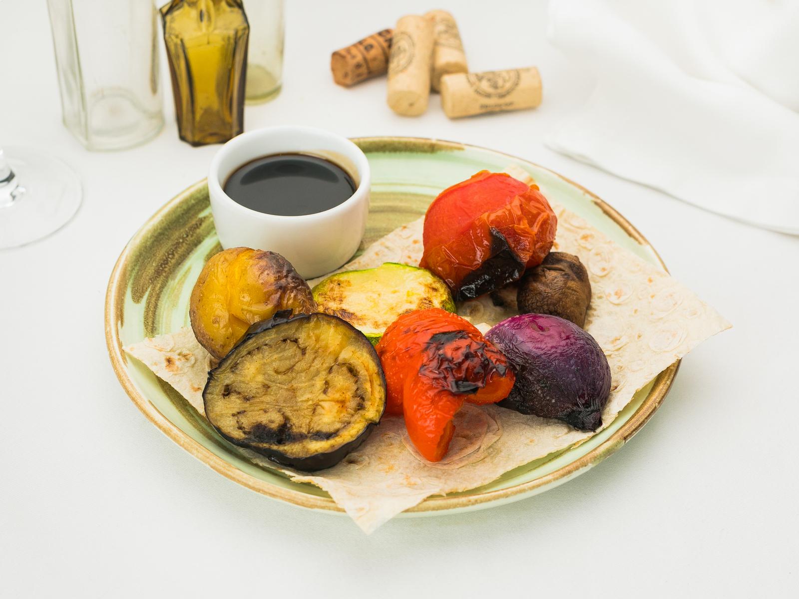 Шашлык из овощей с соусом наршараб