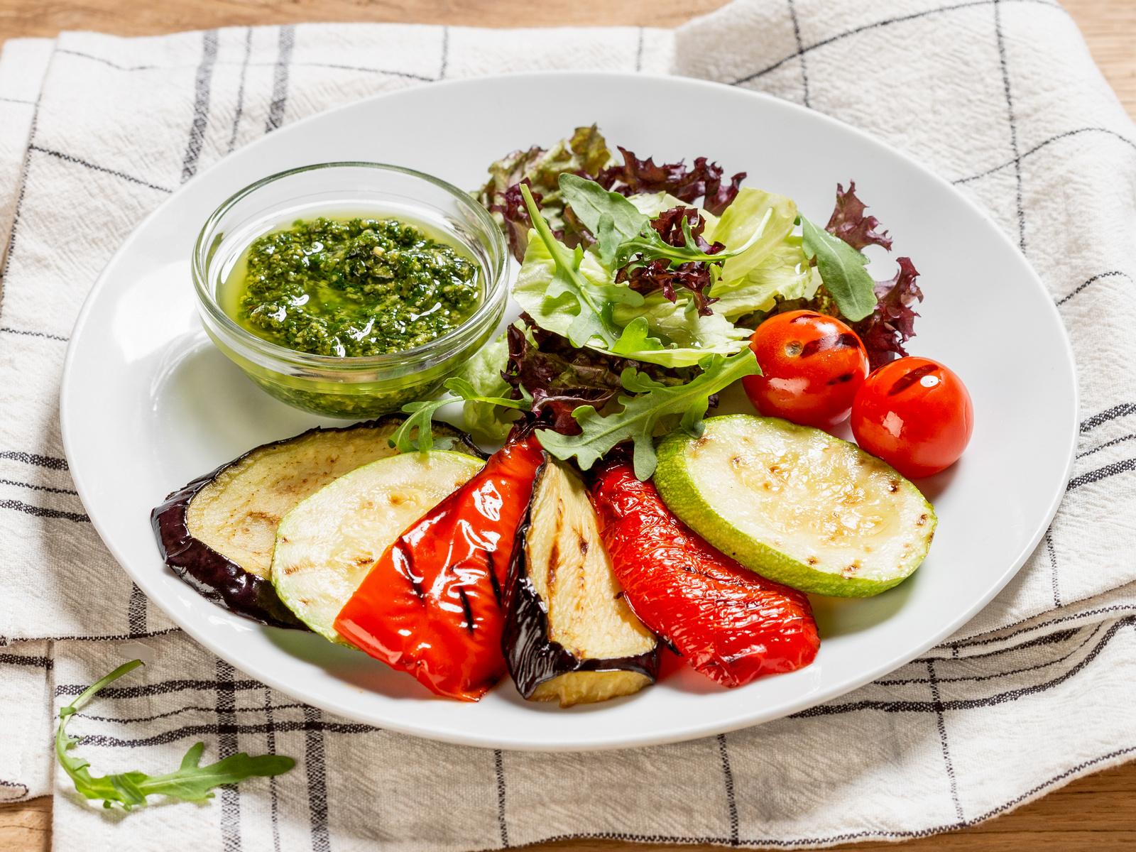 Запеченные овощи с миксом салатных листьев и песто