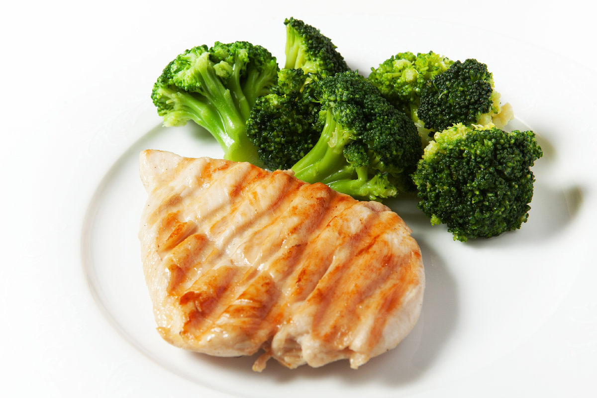 Куриное филе на гриле с брокколи