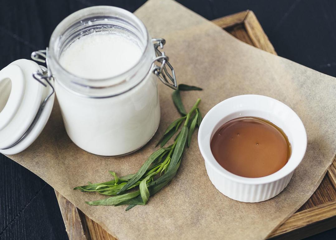 Домашний мацони с медом или вареньем