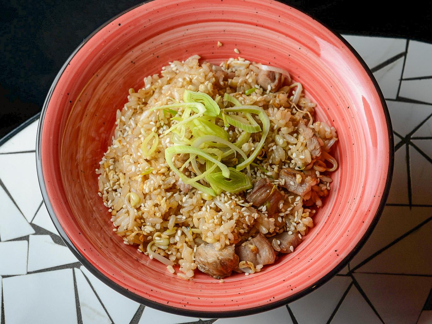 Жареный рис со свининой на воке