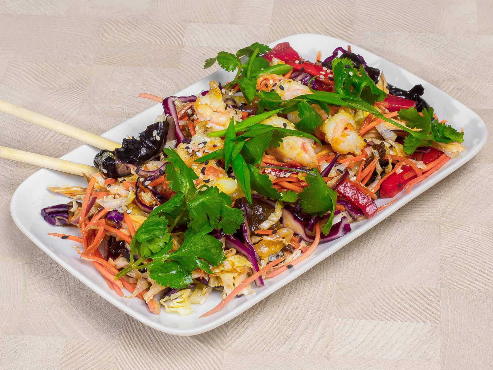 Теплый азиатский салат с креветками