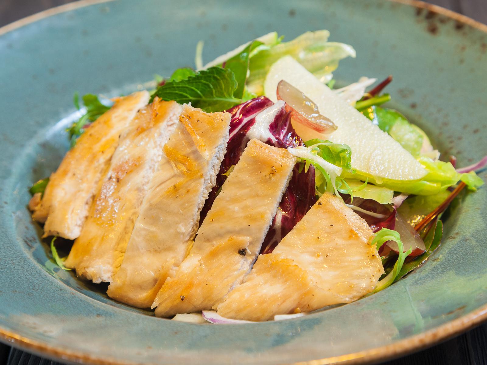 Салат из куриной грудки с яблоками, виноградом и сельдереем