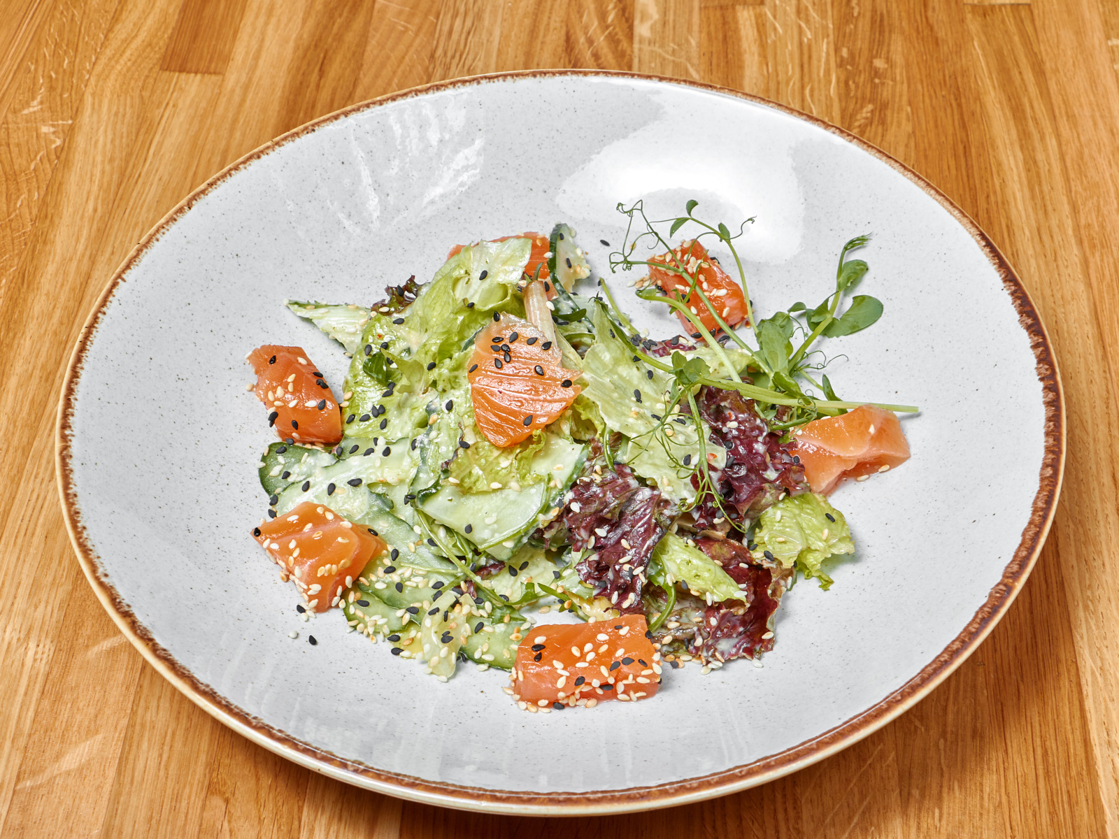 Салат со слабосоленым лососем и авокадо