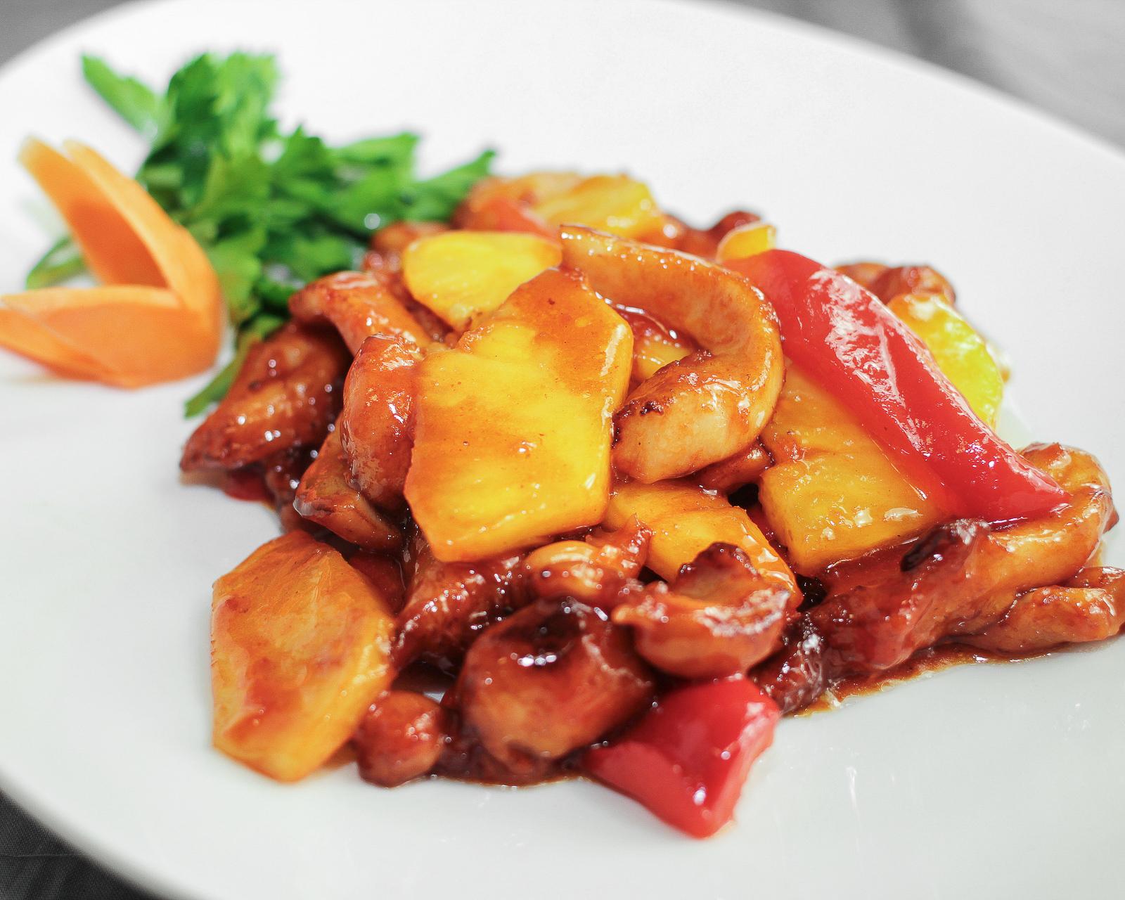 Курица жареная с ананасами и овощами