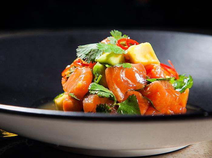 Тайское севиче из лосося с папайей и авокадо