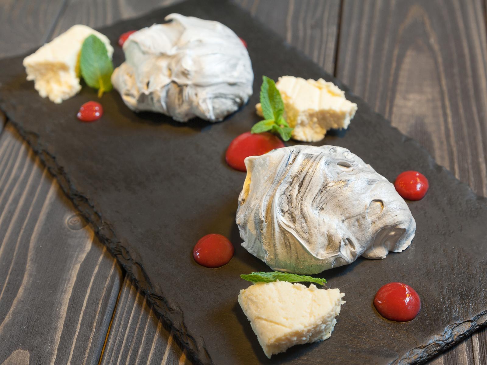 Мраморная меренга с вишнёвым желе и кремом из миндаля и авокадо
