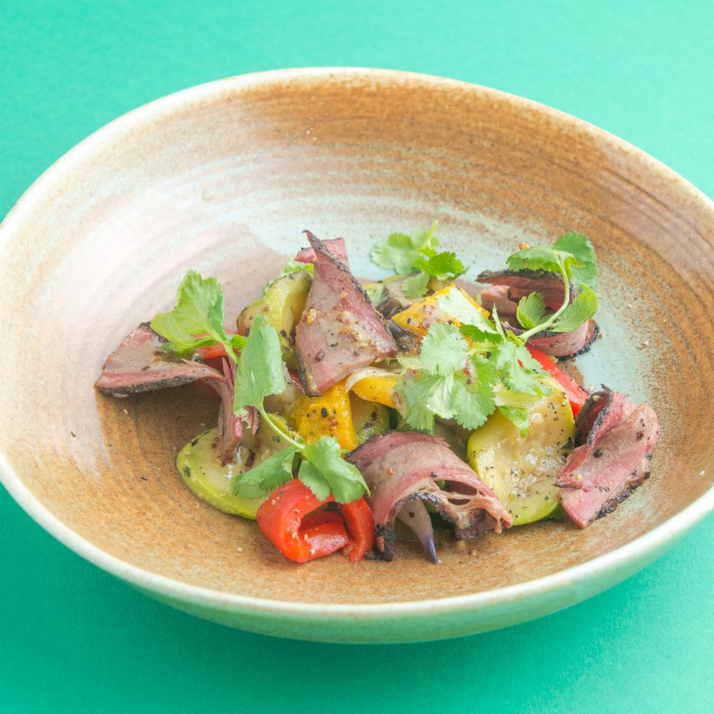 Салат с копченым брискетом и печеными овощами