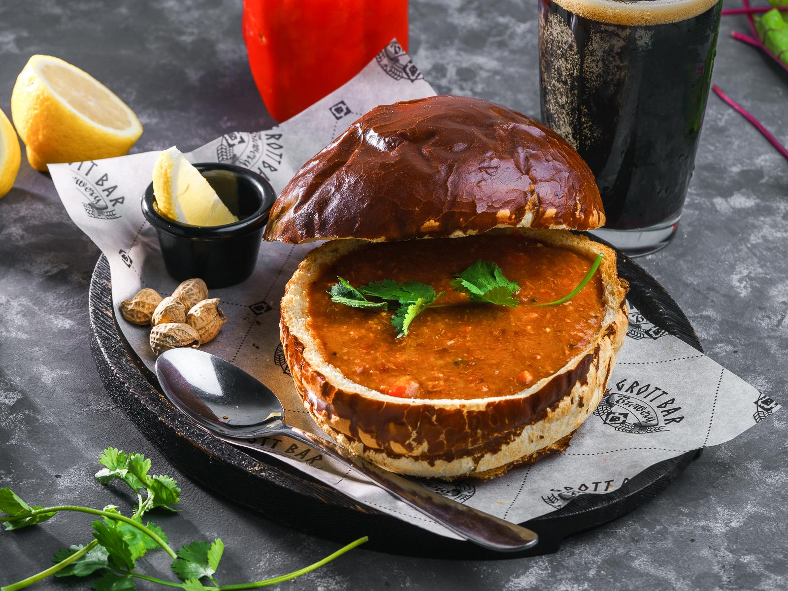 Австрийский суп-гуляш в брецелевом хлебе