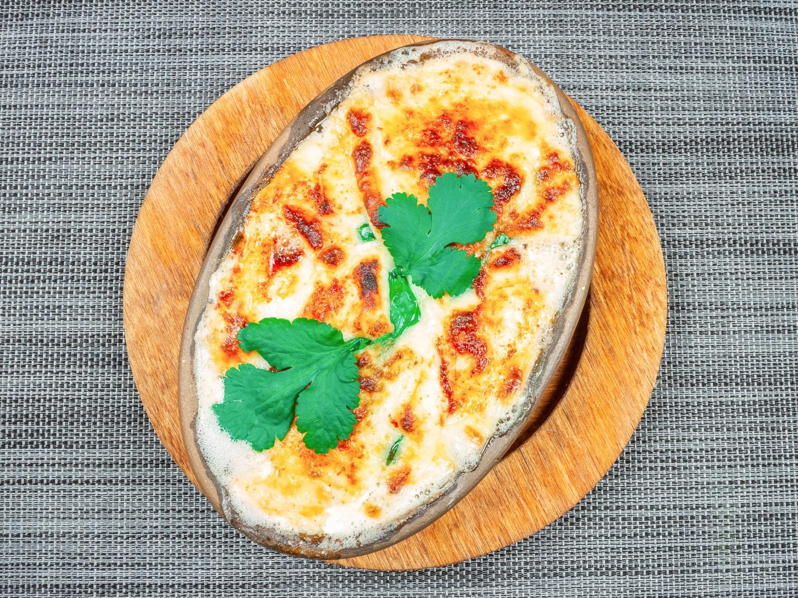 Запечённый сыр с томатами и шпинатом